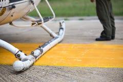 Dérapages d'atterrissage d'hélicoptère sur le backgroun d'héliport et de pilote photos libres de droits
