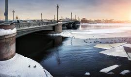 Dérive de glace d'hiver sur le Ne Image stock