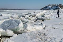 Dérive de glace de ressort sur la rivière Volga Photographie stock libre de droits