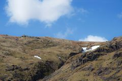 Dérive de neige à la tête de la vallée raide de montagne dans le secteur de lac de bruyère images stock