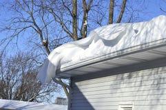 Dérive de neige sur le toit Photo stock