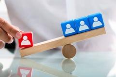 Déséquilibre d'apparence de personne entre les blocs rouges et bleus simples photographie stock libre de droits