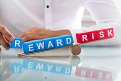 Déséquilibre d'apparence d'homme d'affaires entre la récompense et le risque photographie stock