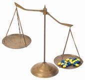 Déséquilibre des échelles en laiton d'or de drogue de la justice photos stock