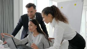 Désaccords des hommes d'affaires sur le développement des affaires d'idées dans la salle de réunion, équipe créative travaillant