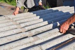 Désamiantage Les Roofers remplacent la tuile endommagée d'amiante Réparez le toit d'amiante Photos stock