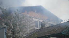 désastre Un sapeur-pompier travaille à un feu Le feu dans une maison privée banque de vidéos
