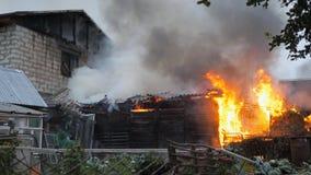 désastre Un sapeur-pompier travaille à un feu Le feu dans une maison privée clips vidéos