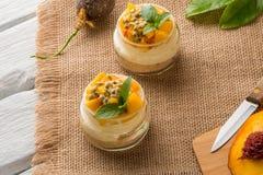 Désert avec du yaourt et la passiflore comestible de passiflore images libres de droits