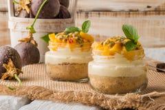 Désert avec du yaourt et la passiflore comestible de passiflore photo stock