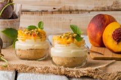 Désert avec du yaourt et la passiflore comestible de passiflore image stock