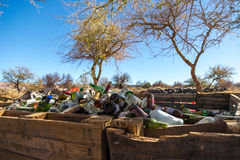 Désert d'Atacama, Chili - 4 juin 2013 - une grande pile de la bouteille en verre attendant pour être réutilisé dans le désert d'A Images libres de droits