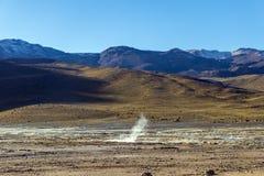 Désert d'Atacama, Chili : Le Soleil Levant lumineux derrière éclater le geyser chaud de la vapeur en geysers d'EL Tatio mettent e photo libre de droits