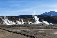 Désert d'Atacama, Chili : Le Soleil Levant lumineux derrière éclater le geyser chaud de la vapeur en geysers d'EL Tatio mettent e image libre de droits