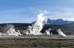 Désert d'Atacama, Chili : Le Soleil Levant lumineux derrière éclater le geyser chaud de la vapeur en geysers d'EL Tatio mettent e photographie stock libre de droits