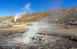 Désert d'Atacama, Chili : Le Soleil Levant lumineux derrière éclater le geyser chaud de la vapeur en geysers d'EL Tatio mettent e photos libres de droits