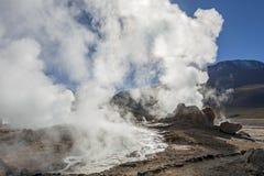 Désert d'Atacama, Chili : Le Soleil Levant lumineux derrière éclater le geyser chaud de la vapeur en geysers d'EL Tatio mettent e photographie stock
