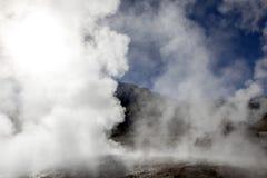 Désert d'Atacama, Chili : Le Soleil Levant lumineux derrière éclater le geyser chaud de la vapeur en geysers d'EL Tatio mettent e image stock