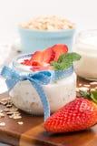 Désert de fraises avec de la crème photos stock