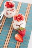 Désert de fraises avec de la crème photos libres de droits