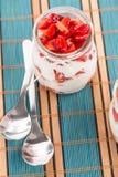 Désert de fraises avec de la crème photo libre de droits