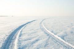Désert de neige et les voies de la voiture dans la neige Images libres de droits