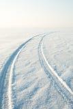 Désert de neige et les voies de la voiture dans la neige Photographie stock libre de droits
