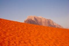 Désert de rhum de Wadi avec la roche, Jordanie Photo libre de droits