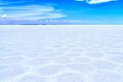 Désert de sel de Salar de Uyuni Bolivia et ciel bleu d'espace libre Photographie stock libre de droits
