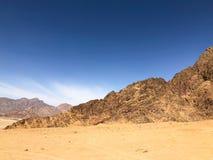 Désert dedans avec le ciel bleu et les montagnes Photos libres de droits