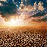 Désert et coucher du soleil dramatique images libres de droits