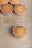 Désert frais de petit gâteau avant décoration Foyer sélectif image stock