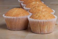 Désert frais de petit gâteau avant décoration Foyer sélectif photo libre de droits