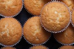 Désert frais de petit gâteau avant décoration Foyer sélectif images stock