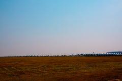 Désert naturel de paysage vide avec le fond de ciel bleu Images stock