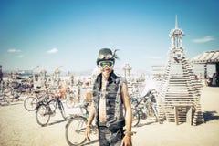 Désert noir de roche, Etats-Unis - 2ème de septembre 2016 : Homme brûlant Photo libre de droits