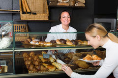 Déserts de offre de femme dans la boutique de pâtisserie images stock