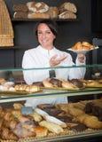 Déserts de offre de femme dans la boutique de pâtisserie photo stock