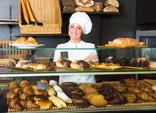 Déserts de offre de femme dans la boutique de pâtisserie photographie stock libre de droits