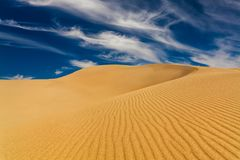 Déserts et paysage de dunes de sable au lever de soleil photographie stock libre de droits