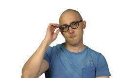 Déshabiller l'homme chauve en verre sur le fond blanc banque de vidéos