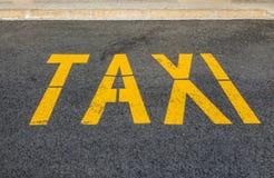 Désignation de la station de taxis sur l'asphalte jaune de peinture images stock