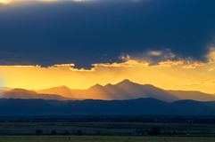 désire ardemment au-dessus du coucher du soleil maximal Photos stock