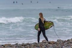 Désireux de partager dans l'amusement de surfer images stock