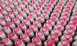 Désodorisant, bouteilles avec les couvercles roses dans une rangée Images libres de droits