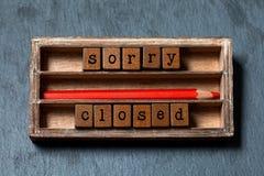 Désolé nous sommes concept fermé Boîte de vintage, expression en bois de cubes avec des lettres de style ancien, crayon rouge Pie images libres de droits