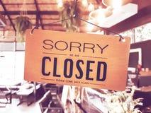Désolé nous sommes coup fermé de signe sur la porte photographie stock libre de droits