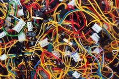 Désordre coloré des fils et des connecteurs de câbles images libres de droits