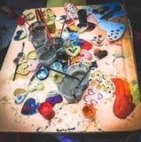 Désordre créatif sur la table de la peinture de gouache, coeurs peints image stock