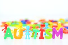 Désordre de santé mentale, mot d'autisme avec la figurine colorée de jouets sur le fond blanc image libre de droits